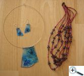 Některé z hedvábných šperků