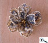 Tvarovaná květina, která drží tvar
